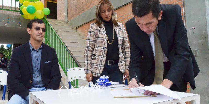 Alcalde Donoso Ruíz entregó predio para ampliar sede educativa