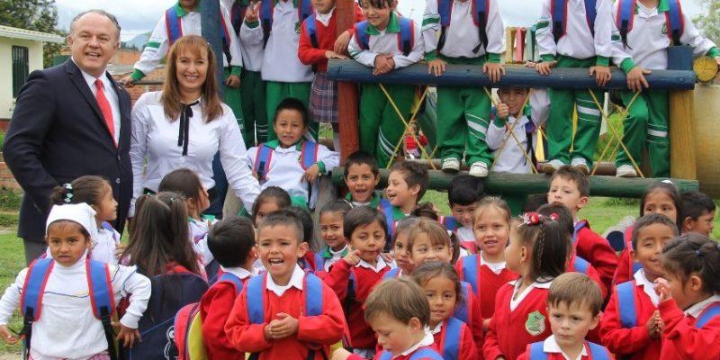 Gestora Social de Zipaquira y el gerente regional del Banco de Bogota entregaron kits escolares en Pasoancho y Portachuelo