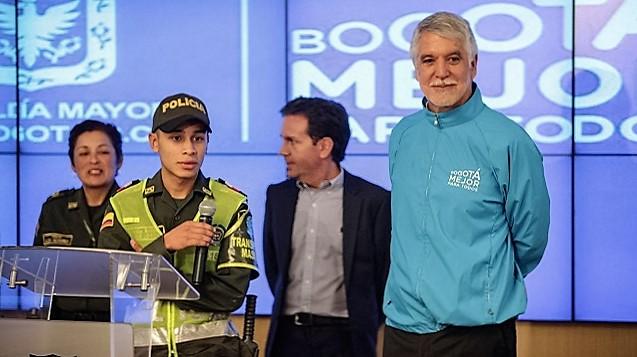 Alcalde Peñalosa destacó el comportamiento de un policía que rechazó soborno en TransMilenio