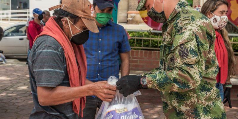 Ejercito Nacional entrego mercados reforzados a familias vulnerables de Cundinamarca copy
