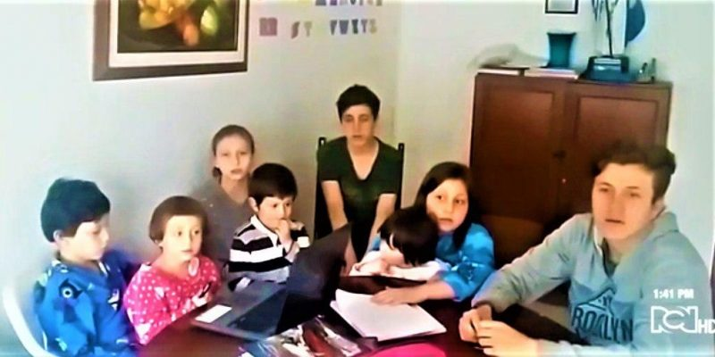 Ocho ninos zipaquirenos recibieron donacion de computadores para sus clases virtuales