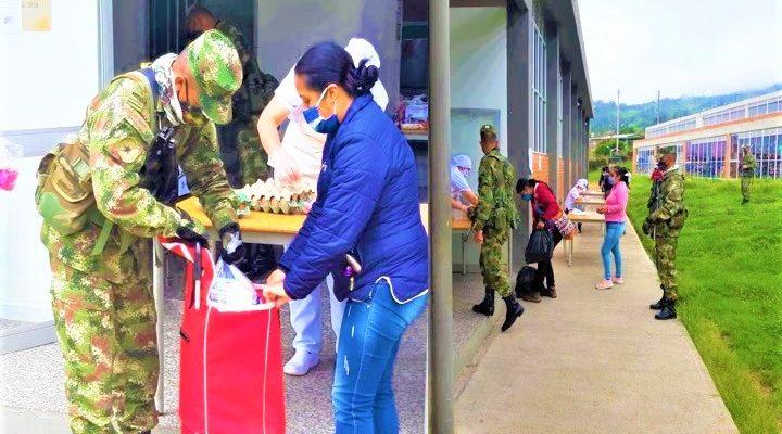 Ejercito Nacional entrega ayudas y desinfecta calles en Bogota y Cundinamarca