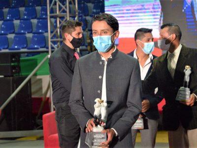 Egan Bernal deportista del ano en Zipaquira dona premio a ninos ciclistas