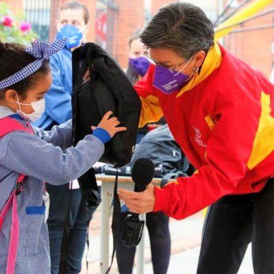 Ninas y ninos regresan a las aulas en colegios piloto de Bogota